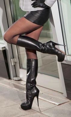 I would love to wear that skirt and boots - Kniehohe Stiefel Sexy Legs And Heels, Sexy Boots, Black High Heels, Tights And Boots, Black Shoes, Botas Sexy, Leather High Heel Boots, Heeled Boots, High Boots