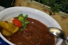 Maso nakrájíme na nudličky. Cibuli nakrájíme klasicky jako na guláš.Cibuli osmažíme na oleji dorůžova, přidáme maso, prudce orestujeme, posolíme,... Stew, Chili, Meat, Cooking, Food, Red Peppers, Kitchen, Chile, Essen