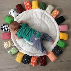 Baby Room Decorating - Amazing Tips and Ideas for Copying - Artesanato Infantil Baby Play, Baby Toys, Kids Toys, Quilt Baby, Baby Girl Bedding, Diy Bebe, Baby Sewing Projects, Baby Nest, Baby Pillows
