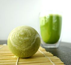 With this easy tutorial you learn how to make your own easy bath bombs with matcha green tea! Matcha tea has amazing benefits for the skin.