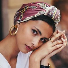 How to take picture of yourself – Scarf hairstyles - Frisur Ideen Hair Scarf Styles, Curly Hair Styles, Natural Hair Styles, Hair Scarf Wraps, Silk Hair Scarf, Scarf Wearing Styles, Hair Turban, Mode Turban, Turban Style