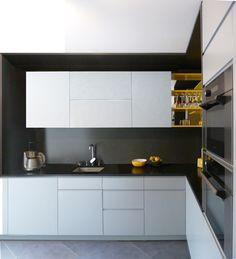 Cuisine noire, blanche et jaune - Bénédicte, Architecte d'intérieur RencontreUnArchi