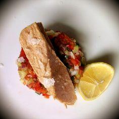 Filety z tuńczyka Manná w oliwie na salsie z pomidorów, ogórków i papryki.    Tuna fillets in olive oil wit salsa of tomatoes, cucumbers and peppers.
