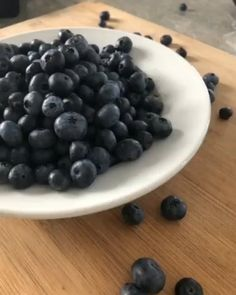 Learn a simple 5 minute cooking hack to keep blueberries fresher longer. Cooking Hacks, Basic Cooking, Cooking Recipes, Easy Recipes, How To Wash Vegetables, Bacon In The Oven, Balanced Meals, Personal Chef, Easy Meals