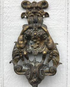 "Gefällt 42 Mal, 5 Kommentare - Eileen deCamp (@eileendecamp) auf Instagram: ""This Gothic style brass door knocker caught my eye today on the door of a little stone cottage at…"""
