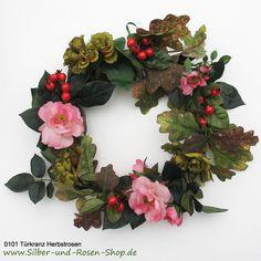 Die Rosen blühen bis zum Frost, auch wenn schon Hagebutten und Herbstlaub zu sehen sind. Feiner Türkranz aus haltbarem Material.  Türkranz 0101 Variante d) Rosenzauber