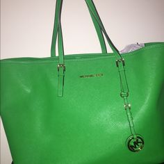 Michael Kors Green Jet set tote Michael Kors durable Saffiano leather tote. Great for travel or everyday use. Only used 3 times.The bag is in great condition. Michael Kors Bags Totes