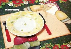 this is a placemat. it says 'foamy' so maybe it is painted foam? pattern could be used for other things. Christmas Time, Merry Christmas, Painting Patterns, Dory, Free Pattern, Sewing Patterns, Napkins, Plates, Quilts