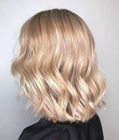 A striking Champagne Blonde color correction by Wella Ambassador Audreym Paris. Hands up who else is obsessed with these glossy waves and chic crop? Professional Hair Color, Professional Hairstyles, Medium Hair Styles, Curly Hair Styles, Natural Hair Styles, Jace Lightwood, Blonde Hair Looks, Pretty Hair Color, Aesthetic Hair