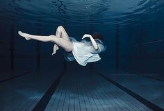 Image de girl, water, and pool Underwater Photos, Underwater Photography, Girl Photography, Photography Ideas, Fashion Photography, Girl Pool, Theory Of A Deadman, Ballet Shoes, Dance Shoes