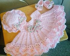 Discover thousands of images about Super ruffled crochet baby dress set. Crochet Baby Dress Pattern, Crochet Ruffle, Baby Girl Crochet, Crochet Baby Clothes, Baby Knitting Patterns, Baby Patterns, Crochet Patterns, Crochet Baby Dresses, Booties Crochet