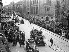1945, May 8th - Oslo, Karl-Johan. Civillians celebrating the German surrender. Armed German soldiers are still present. NRK.no - Store norske