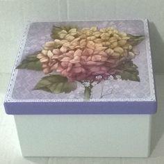 Caixa 16x16 com cruzeta. Tinta pva cintilante Corfix branca e lilás. Papel scrap decor litoarte SDSXX 7