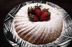 Ένα διαφορετικό κέικ εξίσου νόστιμο και πολύ αφράτο ! Κέικ με σιμιγδάλι για όλες τις ώρες! Συνοδεία με το πρωινό γάλα των παιδιών ή με το καφεδάκι μας Greek Sweets, Greek Recipes, Strawberry, Fruit, Cake, Food, Kuchen, Essen, Greek Food Recipes