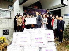 충북 청주시 서원구 수곡동 하나님의교회(안상홍님)는 19일 생활 형편이 어려운 이웃들에게 나눠달라며 겨울 이불 30채를 수곡1동 주민센터에 기탁했다.