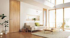 建具との色合わせが素敵な部屋ですね。 建具自体が、ベージュでナチュラル感があるので、そこに系統を合わせた家具を配置していますね。