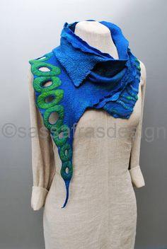 Extravagante, handgevilte sjaal met schitterend textuur en prachtige tinten. Afmetingen: lengte 112 cm, breedte 18 tot 38 cm Handmade Scarves, Handmade Felt, Nuno Felt Scarf, Felting Tutorials, Silk Wrap, Neck Piece, Nuno Felting, Textiles, Felt Art