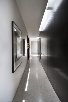 Image 3 of 18 from gallery of Trousdale Estates Contemporary Home / Dennis Gibbens Architects. Courtesy of Dennis Gibbens Architects Small Modern Home, Modern Style Homes, Modular Homes, Prefab Homes, Beverly Hills Houses, Modern Hallway, Hallway Designs, Modern Mansion, Studio Interior