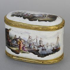 Oval Snuffbox for de Meissen manufactory, circa 1760. Rare maritim decor on each of four sides and insides. Brass entourage. For sale on Proantic by Simetrium Antiquités.   #demeissen   #snuffbox   #18thcentury   #porcelain