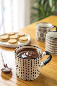Voi come fate quando dovete dare un nome a qualcosa che un nome non ce l'ha? Perché sì, ho cercato a lungo su Google qualcosa di simile, eppure non ho trovato niente che assomigliasse ad una cioccolata calda fatta con l'orzo, che ho simpaticamente battezzato con il nome di orzolata. #cioccolata #orzo #orzolata #nestle Orzo, Chocolate Fondue, Cheesecake, Mugs, Tableware, Desserts, Cacao, Food, Google