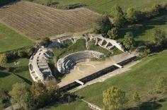Le théâtre antiqued'Alba la Romaine a la particularité d'être traversé par un ruisseau du Massacre. Trois théâtres se sont succédés au même endroit entre le Ier siècle av. J.-C.et le IIe siècle apr. J.-C. Au fil de ses modifications, le ruisseau a été canalisé. Le troisième théâtre avait une capacité de 3 000 places.