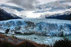 El glaciar Perito Moreno es una gruesa masa de hielo ubicada en el departamento Lago Argentino de la provincia de Santa Cruz, en el sudoeste de la Argentina, en la región de la Patagonia.