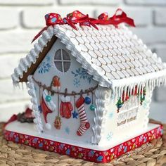 House cake decorated for the holidays Gingerbread House Designs, Gingerbread Village, Christmas Gingerbread House, Christmas Sweets, Christmas Goodies, Christmas Baking, Gingerbread Cookies, Cookie House, House Cake