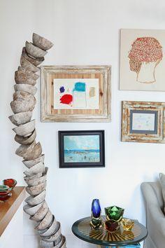 Misma gama - AD España, © Asier Rua La interiorista Marta de la Rica ha combinado una escultura de cerámica de Clara Graziolino (en Jon Urgoiti) con un óleo de Salinas y cabeza de collage de Ana de Matos.