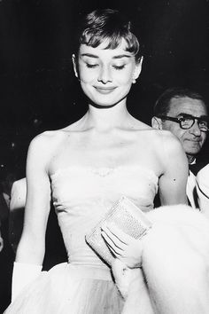 """50 Classy People From The Past Who Remind Us What """"Cool"""" Really Means! September Audrey Hepburn at the """"Roman Holiday""""premiere in Westwood, California. Grace Kelly, Audrey Hepburn Outfit, Aubrey Hepburn, Natalie Wood, Divas, Rita Hayworth, Fred Astaire, Classic Hollywood, Old Hollywood"""