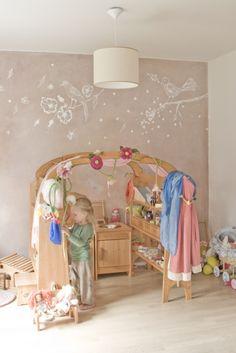 ideja za dnevno sobo - barva stene + porisana z belimi motivi.