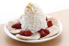一番人気のパンケーキ ストロベリーホイップクリームとマカダミアナッツ。 ボリューミーなホイップクリームが名物ですが、このクリームが意外にも甘さ控えめであっさりと軽く、 もちもちとした生地のパンケーキと、酸味のあるいちごとの相性が抜群です!