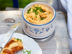 So leicht lässt sich die bayrische Köstlichkeit nachmachen! Wir zeigen euch drei Rezepte für klassischen, fettarmen und veganen Obazda!