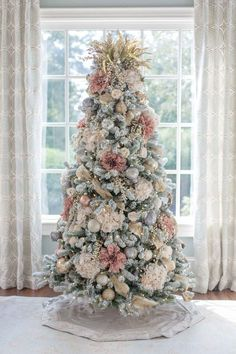 Pink and Gold Christmas Tree. A Christmas tree decorated with fake flowers. Rustic dried heather makes a unique Christmas tree topper and this King of Christmas flocked Christmas tree looks stunning. A non-traditional Christmas tree color! More how to dec Pink Christmas Tree Decorations, Christmas Tree Flowers, Elegant Christmas Trees, Traditional Christmas Tree, Christmas Tree Design, Colorful Christmas Tree, Noel Christmas, How To Decorate Christmas Tree, Unique Christmas Tree Toppers