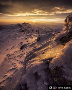 Priznaj sa kedy naposledy si sa kochal/a takým zapadom slnka?  #praveslovenske od  @jorje_kpclk  Západ nad Deresmi.   #nizketatry #chopok #sunset #landscape #slovensko #slovakia #sun #snow #hills #peaks #rocks #nature #hiking #adventure #romantic #mountains #tatramountains #derese