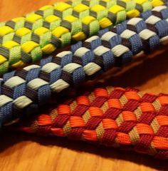 Paracord Triaxial Weave More More How to Shop for Comfort in Mens Footwear Article Body: Fit, durabi Paracord Tutorial, Bracelet Tutorial, Paracord Ideas, Paracord Braids, 550 Paracord, Paracord Bracelets, Survival Bracelets, Knot Bracelets, Diy Accessoires