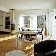 Sala de jantar com piso de madeira