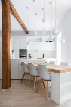 sol en parquet chene massif clair, jolie cuisine blanche sous combles light solid oak parquet floor, pretty white kitchen in the attic Open Plan Kitchen, New Kitchen, Kitchen Interior, Kitchen Dining, Kitchen Decor, Quirky Kitchen, Decorating Kitchen, Kitchen Ideas, Neutral Kitchen