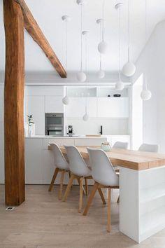 sol en parquet chene massif clair, jolie cuisine blanche sous combles