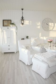 affordable Shabby chic home decor Shabby Chic Living Room, Shabby Chic Homes, Shabby Chic Furniture, White Furniture, Vintage Furniture, Blanc Shabby Chic, Shabby Chic Style, White Rooms, Home And Deco