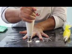 Confeitando o bolo com Flor de Glacê Real - Flor Miosótis - YouTube