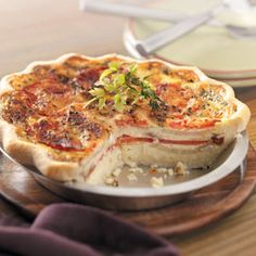 Tomato Onion Quiche Recipe -This pretty quiche is best fresh out of the oven when the cheese is wonderfully gooey. I especially enjoy it in summer with vine-ripe tomatoes and fresh basil. Onion Quiche Recipe, Quiche Recipes, Brunch Recipes, Breakfast Recipes, Onion Pie, Quiches, Slimming World, Vegetarian Recipes, Cooking Recipes