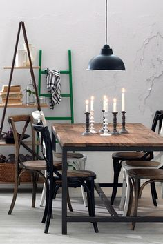 Beautiful with different chairs to a heavy table Dining Room Chairs, Dining Area, Interior Design Inspiration, Home Decor Inspiration, Industrial House, Industrial Design, Modern Farmhouse Style, Dinner Table, Kitchens