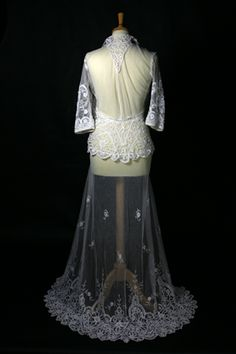 Www Irishlacemuseum Princess Lace Over Dress Back View Kate Wedding