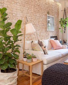 Se liga nessa parede, nesse cachepô, puff e outros detalhes pra você se inspirar.  By: Casa Valentina