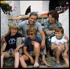 Zomervakantie in 1979 in Porto Ercole, Italie. (vlnr) Prins Willem-Alexander, prins Friso, prins Claus, koningin Beatrix en prins Constantijn.