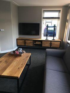 Tv-meubel en salontafel via Hout Staal en Beton - kandelaars Studio N38 Flat Screen, Studio, Blood Plasma, Flatscreen, Studios, Dish Display