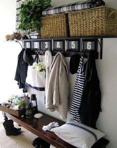 Decorare la casa con i cesti - Cestini su mobile ingresso