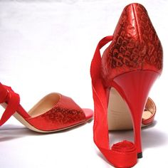 When Tango creates irrational desire for sensual red Comme Il faut Tango shoes. Latin Dance Shoes, Tango Shoes, Argentine Tango, Dance Wear, Designer Shoes, Character Shoes, Women's Shoes, What To Wear, Mom