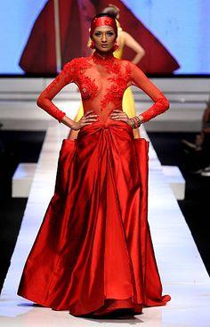 Malli esittelee malleja kiitotiellä Albert Yanuar osana ESMOD Näytä neljäntenä päivänä Jakarta muotiviikoilla 2009 Fashion Teltta ...