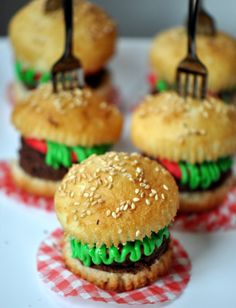 {BBQ Time} Mini Hamburger Cupcakes
